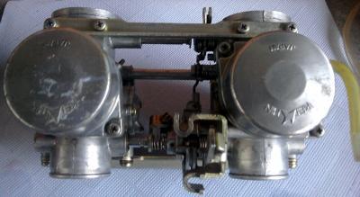 vergaserbatterie_cb400_sauber_von_oben.jpg